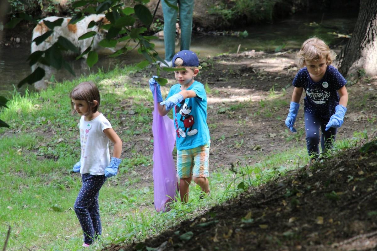 60 de copii și adulți au strâns gunoaiele din parcul Sub Arini. Au găsit mături, uși de sobă, scaune și scutece