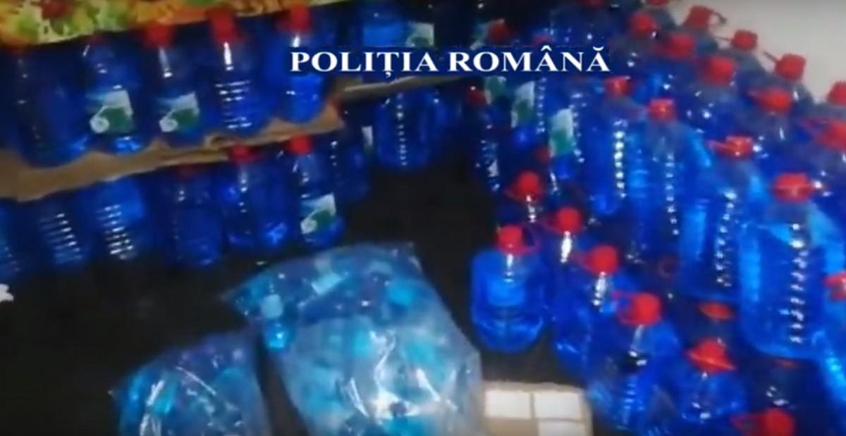 VIDEO: Sticle cu lichid pe parbriz, ce urmau să fie vândute ca spirt, descoperite de polițiștii din Prahova