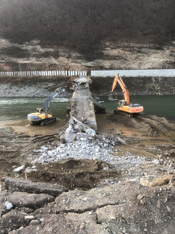 FOTO A fost demolat podul de la Centrala Hidroelectrică Racovița. Lucrări efectuate de Drumuri și Poduri în județul Sibiu