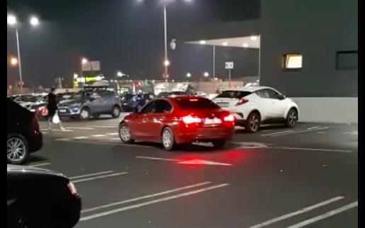VIDEO-Cum să faci drifturi prin parcare, printre oameni, și să nu pățești nimic