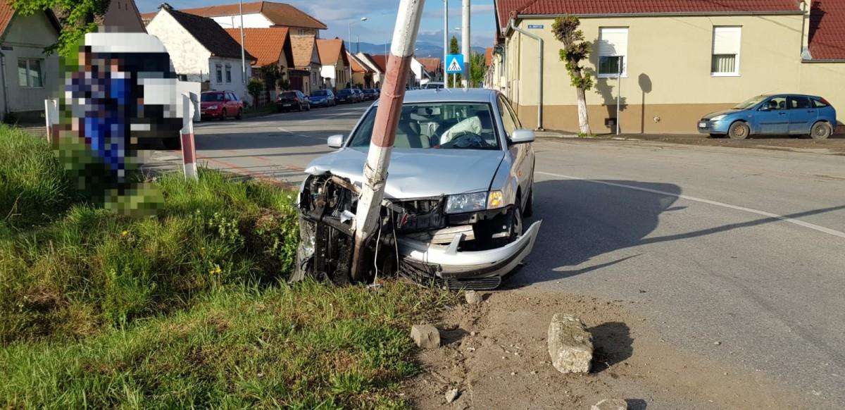 Trafic blocat, după ce un șofer a intrat cu mașina în bariera de pe Calea Turnișorului
