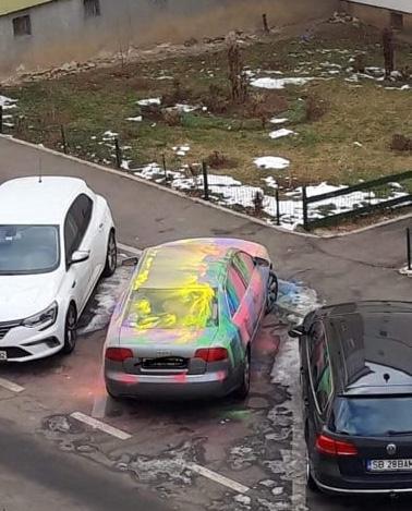 FOTO VIRAL - Mașina colorată a unui tânăr student, cunoscută în tot Sibiul