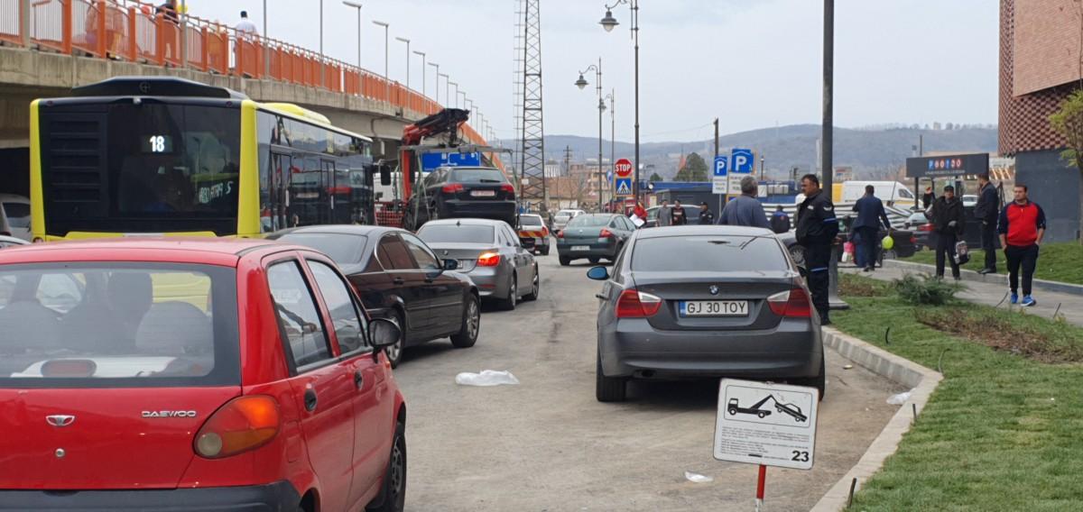 Video. Circulația în jurul noului mall: polițiști ușor ignorați, mașini ridicate, șoferi speriați