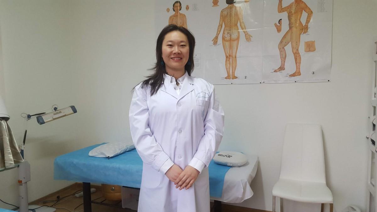 Acupunctură ca la ea acasă. O chinezoaică fermecată de Sibiu și-a deschis o mică afacere