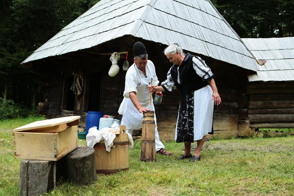 Ciobani din Rășinari vin să le gătească sibienilor și turiștilor