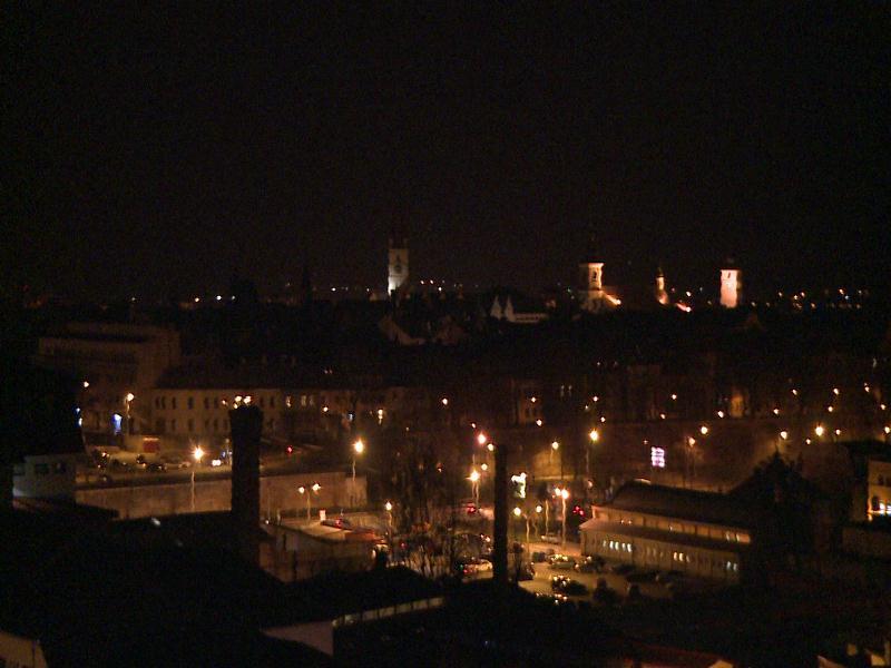 Noaptea, România intră într-un fel de carantină. Ziua, funcționează sub recomandări, fără mall-uri și evenimente religioase