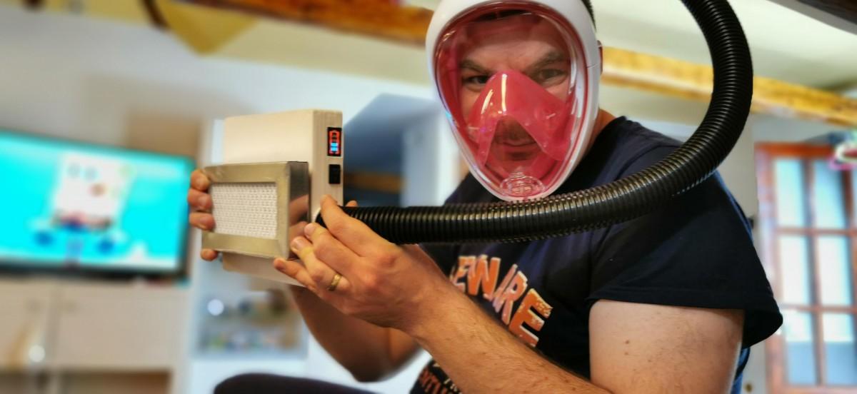 Un sibian și doi bucureșteni proiectează un costum cu aparat de filtrare a aerului, pentru medicii români