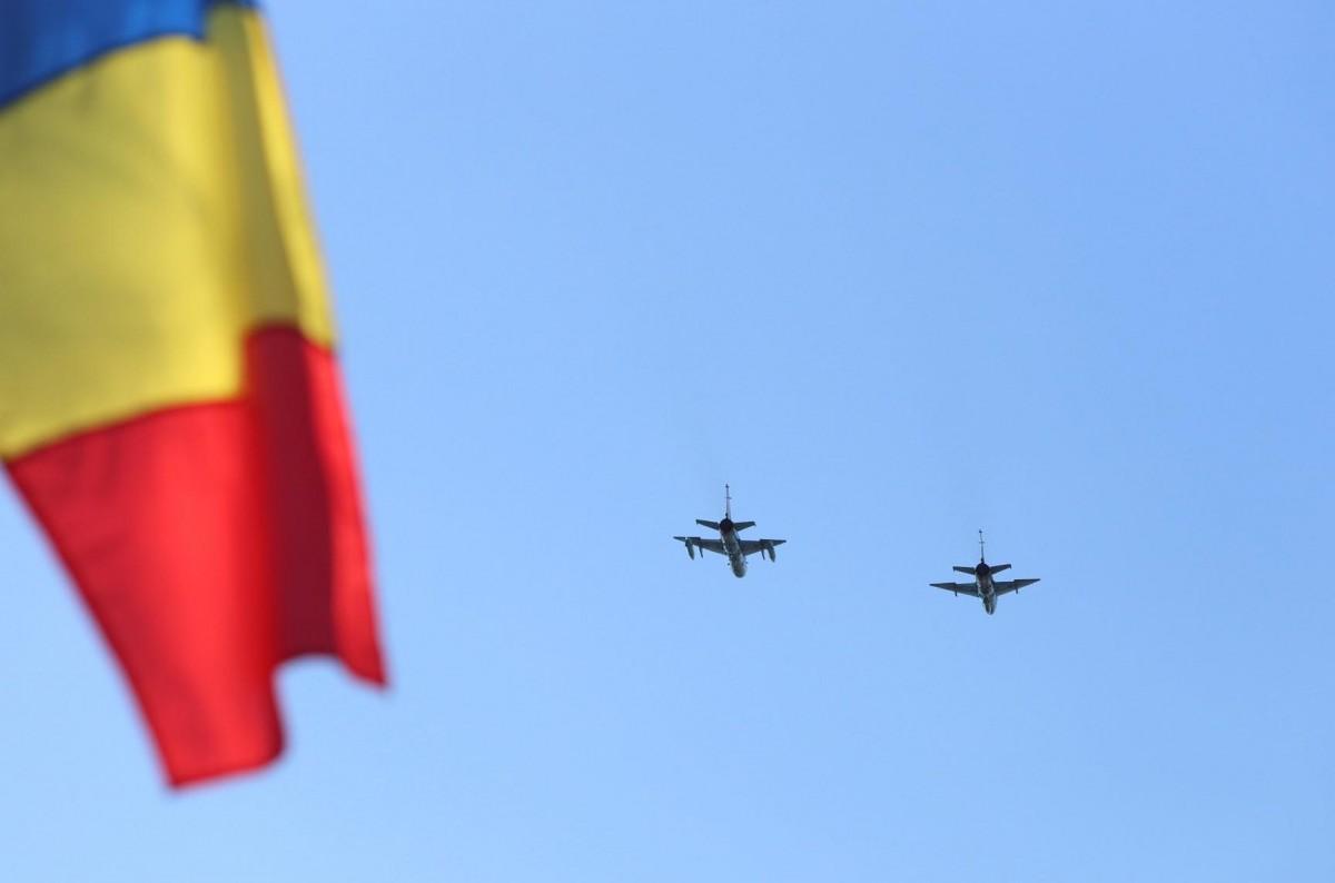 A începutparada militară la Sibiu: orașul, survolat de 6 aeronave MIG și 4 elicoptere