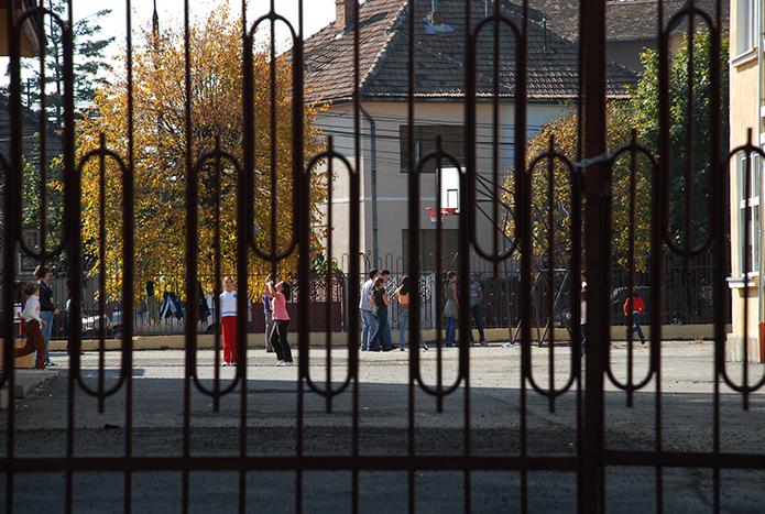 """""""Camerele te ajută să identifici ce s-a întâmplat, dar de prevenit - nu"""".Cum este asigurată paza în școlile sibiene"""
