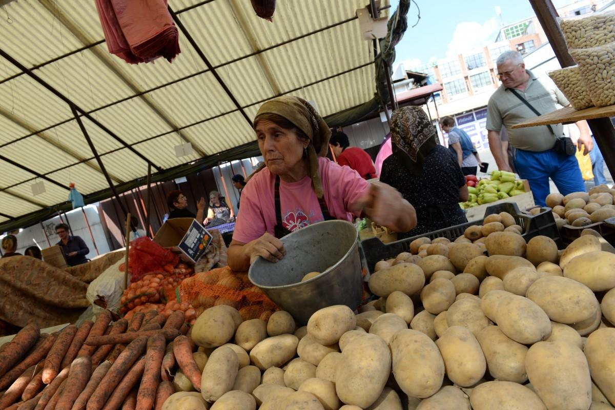 Cartofii, țigările și serviciile de apă canal și salubritate s-au scumpit cel mai mult, în decembrie