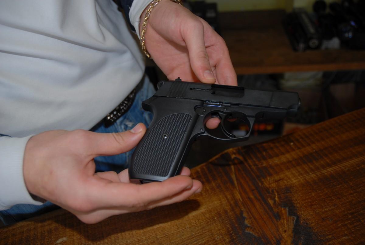 Doi sibieni care dețineau arme letale sunt cercetați penal. Aveau permisele expirate