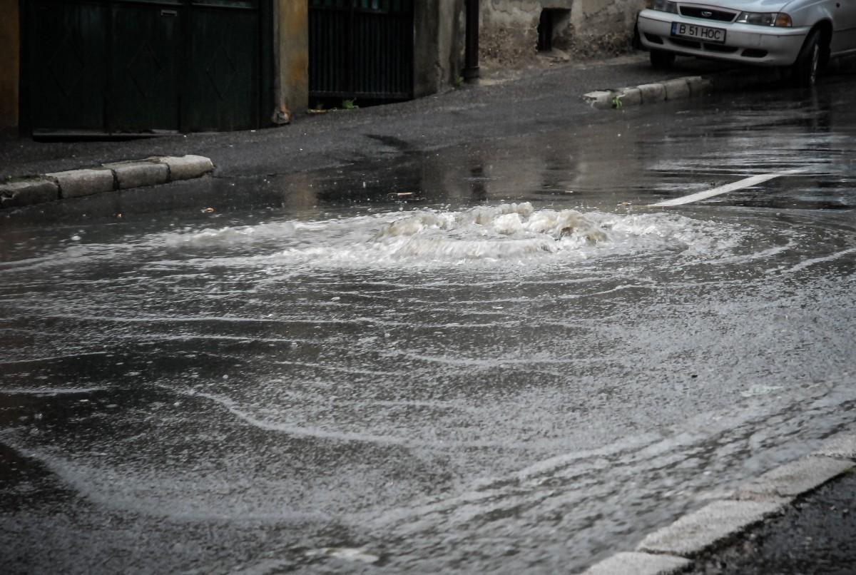 Principala conductă de apă din vestul Sibiului s-a spart, apa a inundat strada
