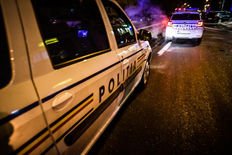 Scandal într-un sat din Sibiu: un bărbat a lovit o femeie cu un cuțit, al doilea a amenințat lumea pe stradă cu coasa