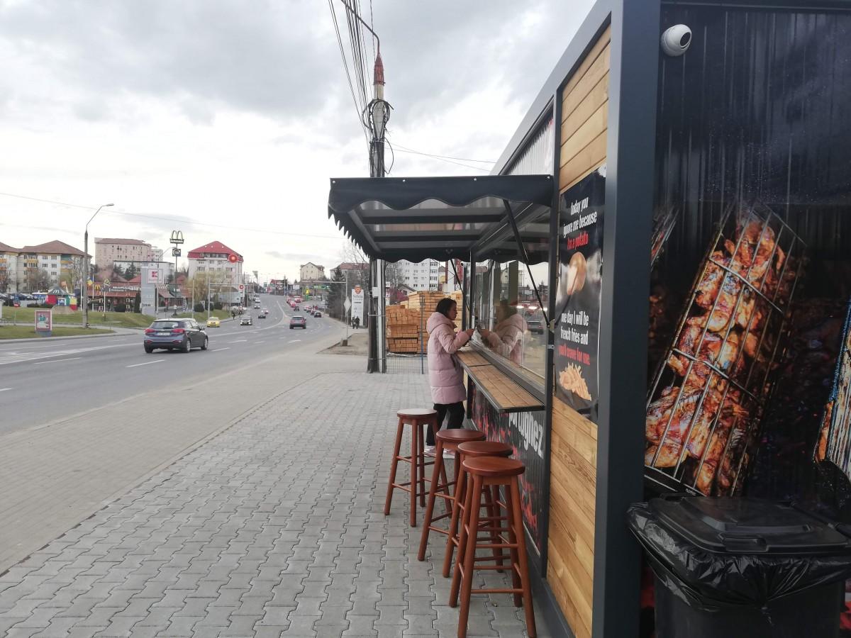 Am mâncat la Porto-Gallo, unde mâncarea se prepară pe marginea drumului