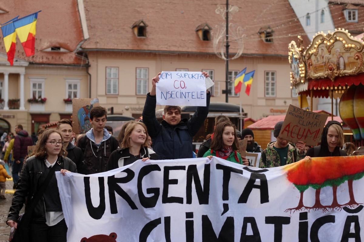 Mai mulți sibieni s-au oferit săplătească amenda elevilor protestatari