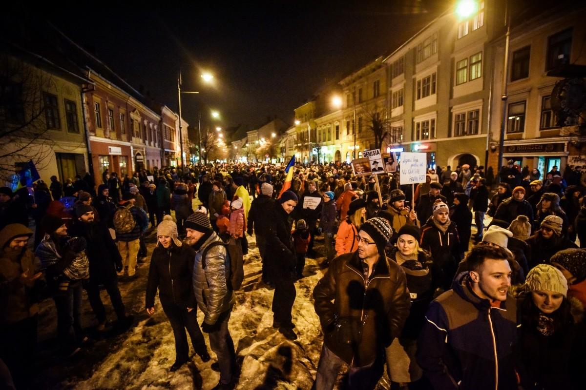 3.000 de sibieni au protestat în centrul Sibiului. Iohannis a participat la mitingul din Capitală | Foto și video