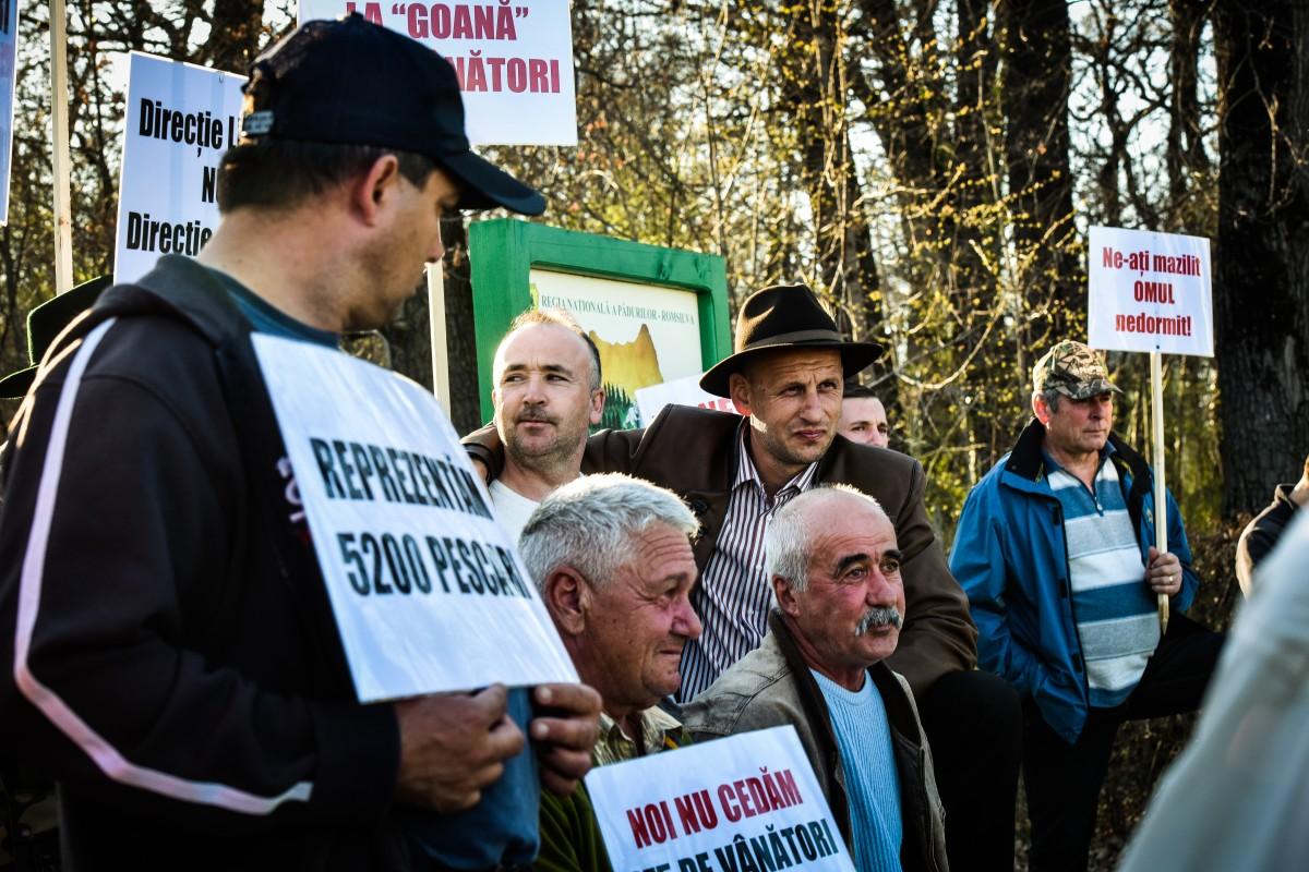"""Zeci devânători și pescari au protestat în fața Direcției Silvice. """"Președintele cu Varga lui… taie craca orișicui"""""""