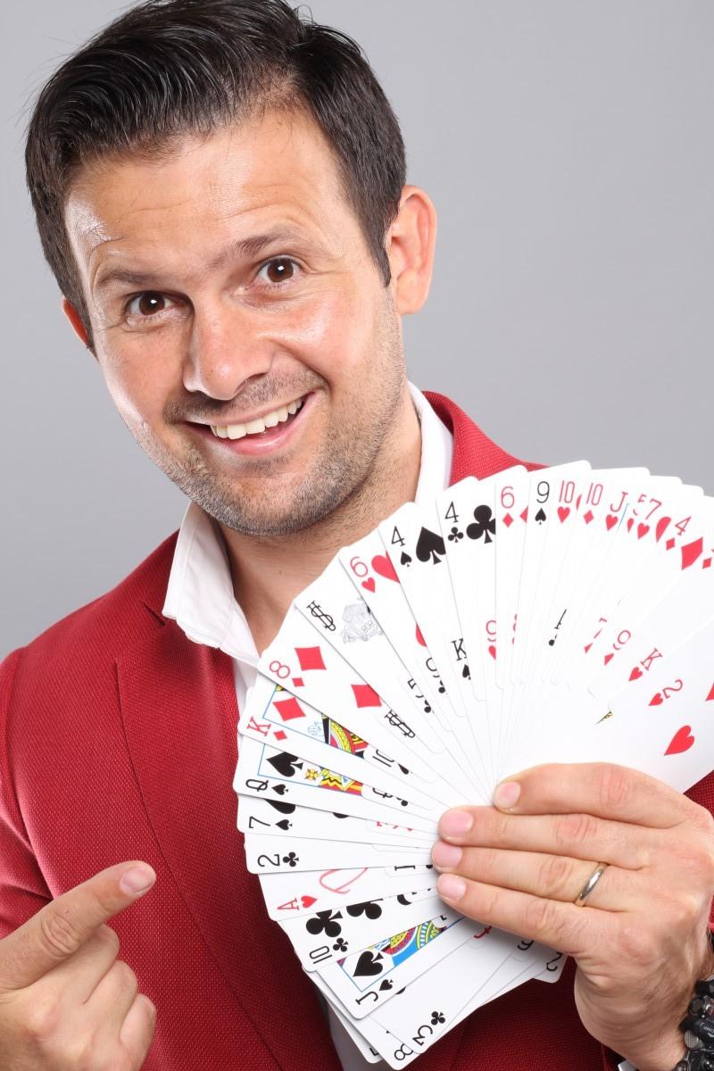 Magicianul Robert Tudor își aniversează ziua de naștere la Sibiu, cu două spectacole sold – out