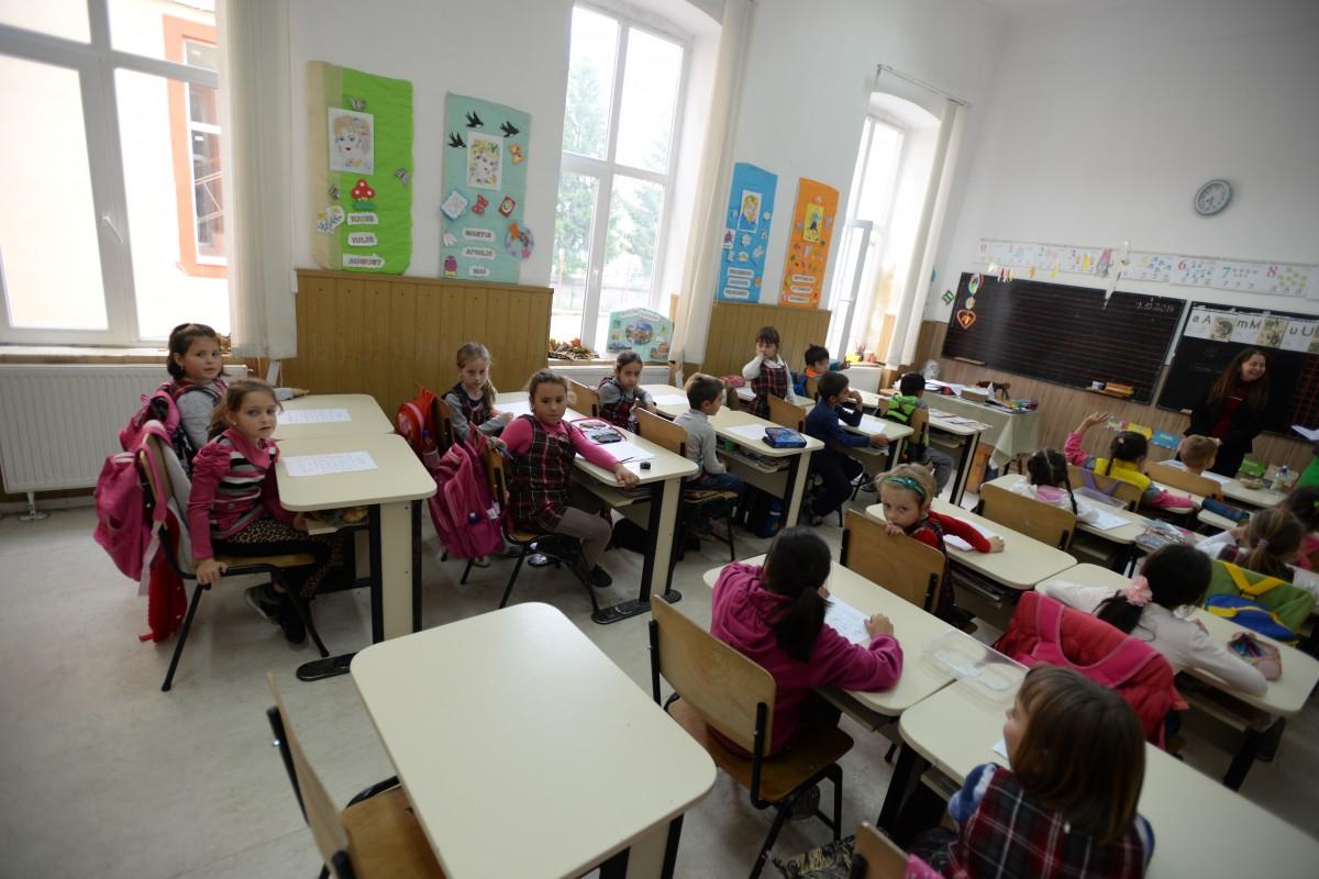 Aproximativ 2.800 de elevi și dascăli încep școala cu un program modificat