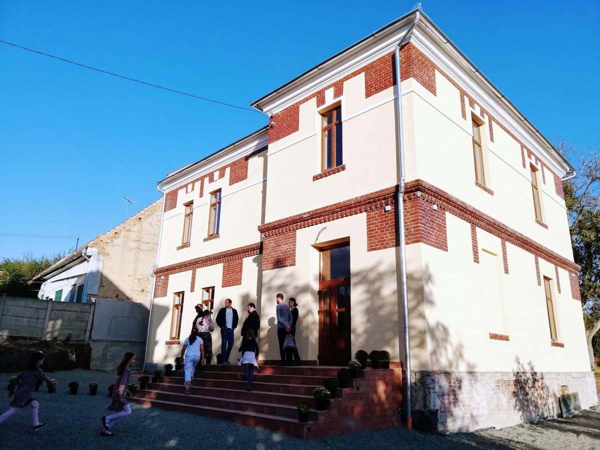 În Sibiu a fost inaugurată o nouă școală: investiție de aproape 100.000 euro din sponsorizări și donații. Clădirea era o ruină de pe vremea comuniștilor