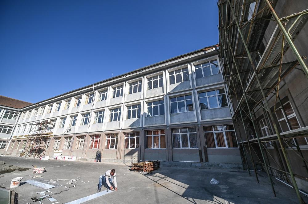Încep lucrările de extindere a școlii Nicolae Iorga și construcția unei săli de sport. Stadiul lucrărilor în alte unități de învățământ