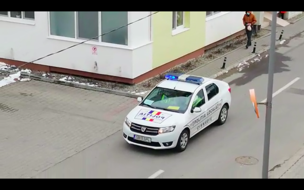 """Polițiștii și jandarmii sibieni patrulează și transmit mesaje prin megafon. """"Stați în case"""" VIDEO"""