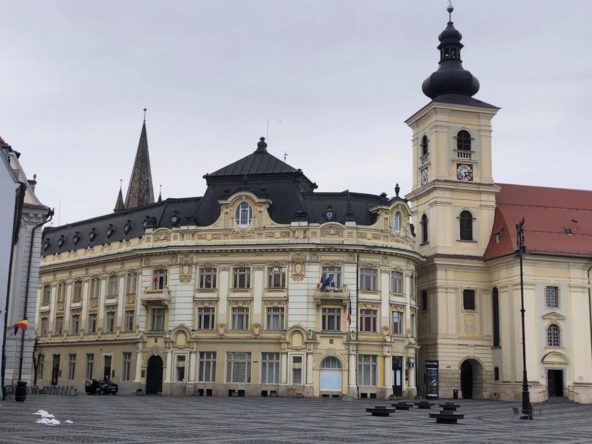 Primăria Sibiu achiziționează dispozitive cu gel igienizant care vor fimontate la intrarea în scările de bloc