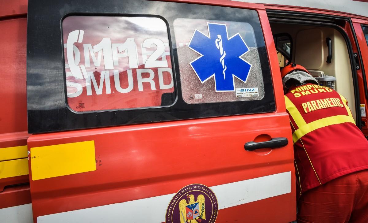 Un șofer a intrat cu mașina într-un microbuz, pe drumul dintre Sibiu și Poplaca. Era beat
