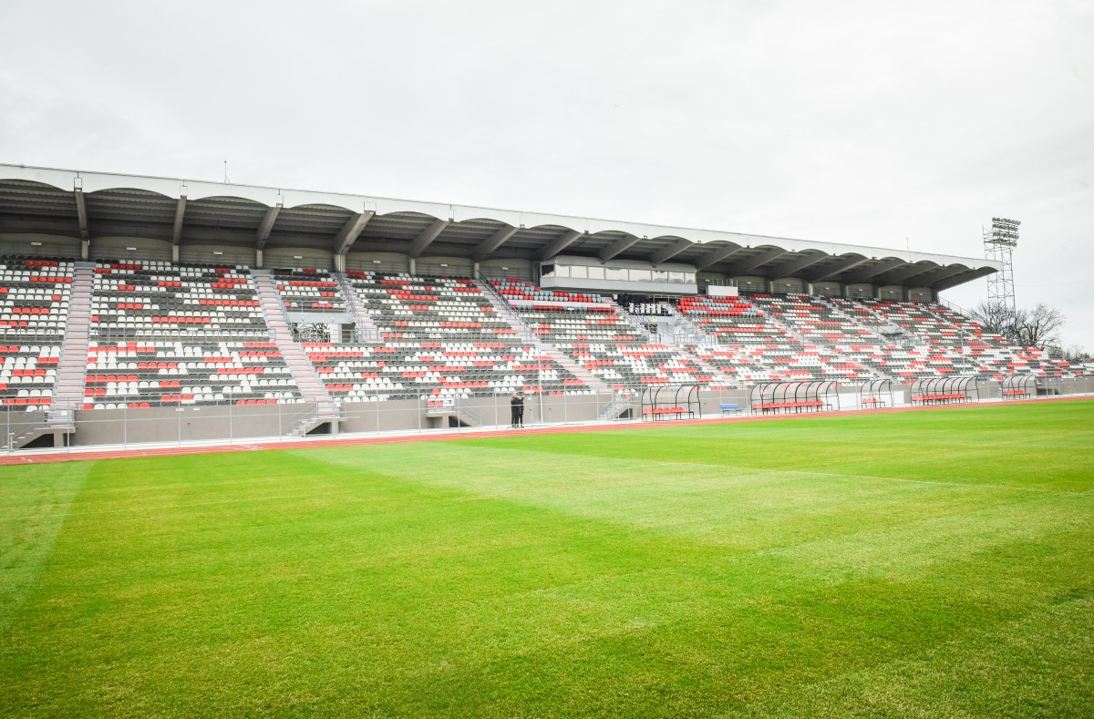 Întreținerea gazonului Stadionului municipal din Sibiu costă 2.640 de lei pe zi