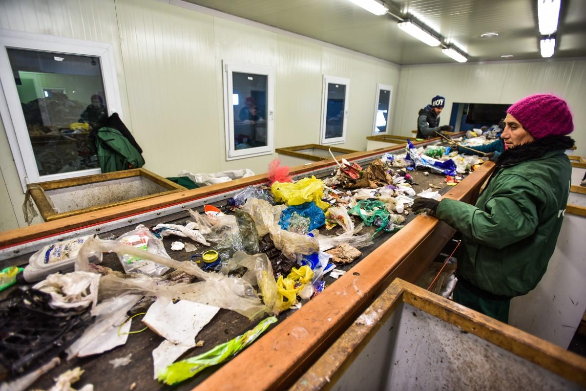 Unul din trei sibieni nu colectează bine reciclabilele. Iar platformele se termină la vară