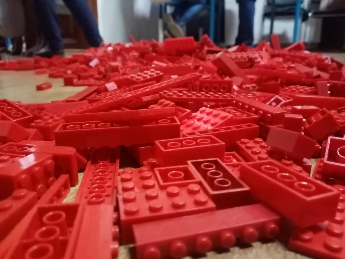 Roșu, galben și albastru din jucării. Peste 230 de copii au creat un steag de 3 metri la Științescu Hub
