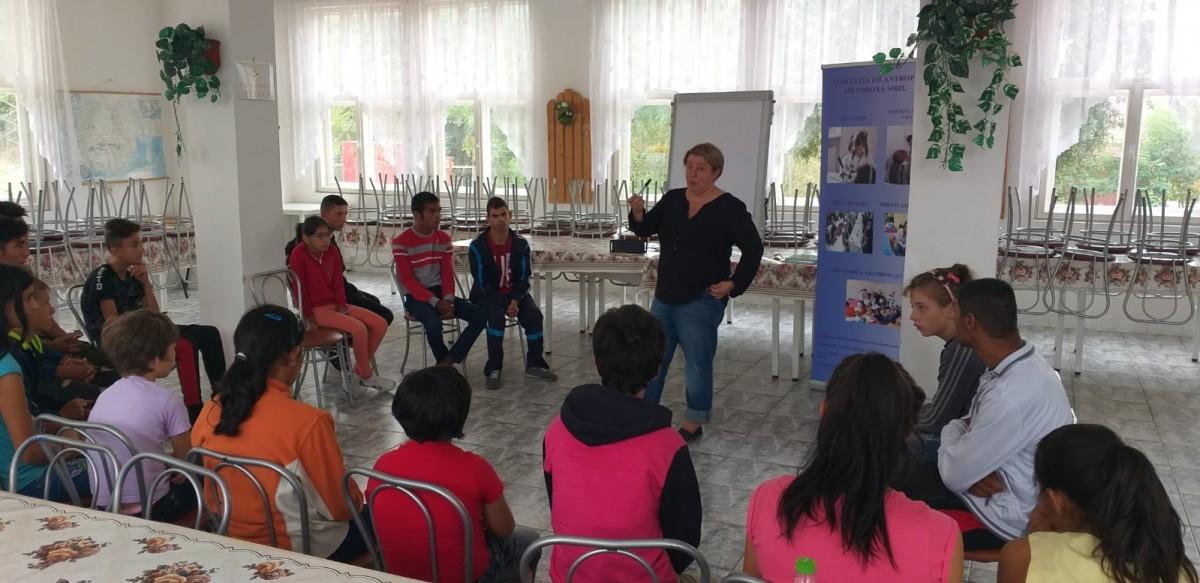 Tabără pentru 20 de copii cu deficiențe, organizată în Sibiu și la lacurile de la Ocna