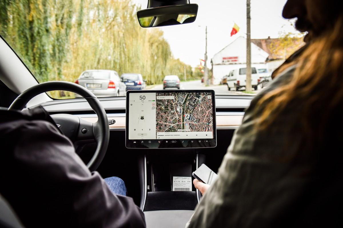 Test-drive în Sibiu cu mașina care se conduce singură. Și e electrică