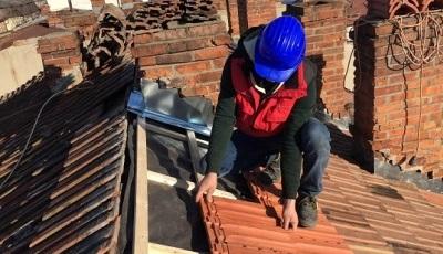 Ca-n Evul Mediu: Copil de 13 ani pus la muncă, în construcții, în centrul Sibiului