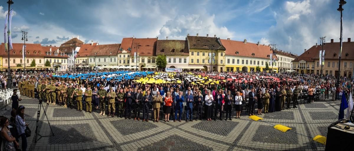 Gaudeamus: Absolvenții anului centenar au fost celebrați în Piața Mare | Foto