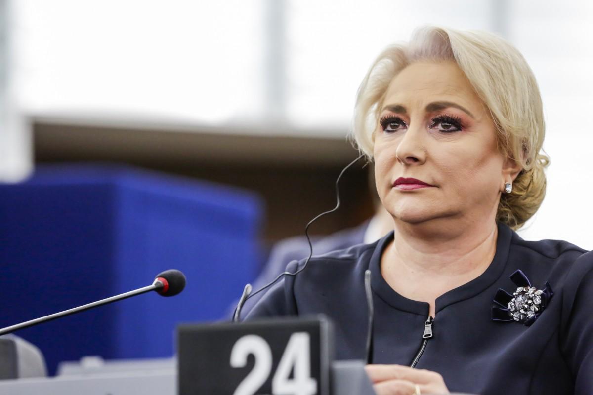 Dăncilă îl acuză pe Iohannis de încălcarea Constituției. Promite că va vorbi în engleză într-o lună