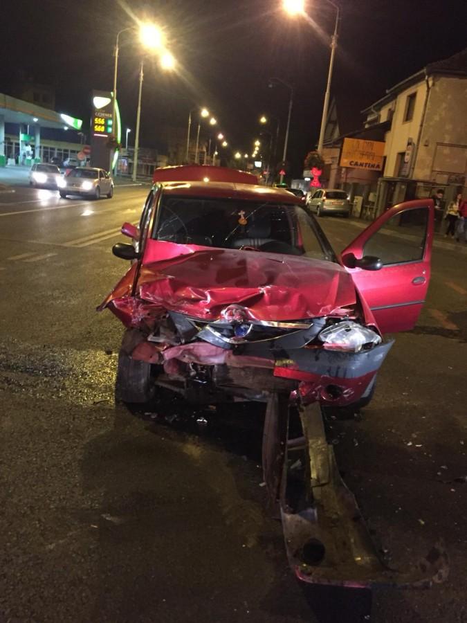 Coliziune între două mașini, pe Alba Iulia. Trei tineri au fost duși la spital
