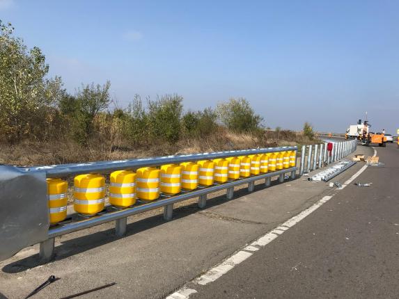 CNAIR: A început montareaparapetelor rutiere pe rulouri, pe DN 7, laChitila