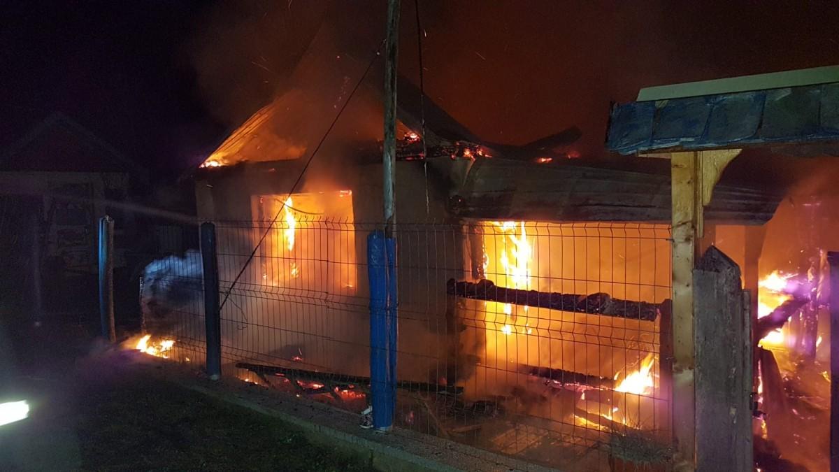 FOTO-Incendiu puternic azi-noapte. Oanexă a ars complet