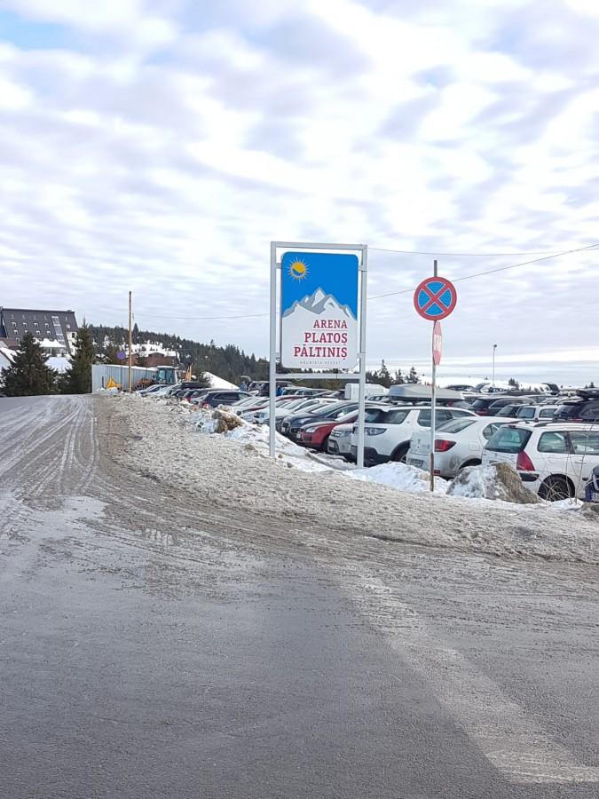 Poliția interzice oprirea mașinilor în drum, în zona Arena Platoș. 290 lei amenda