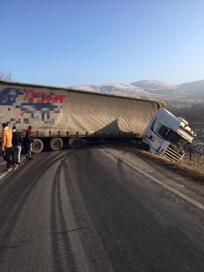 Traficîngreunat pe DN14, din cauza unui TIR care blochează drumul