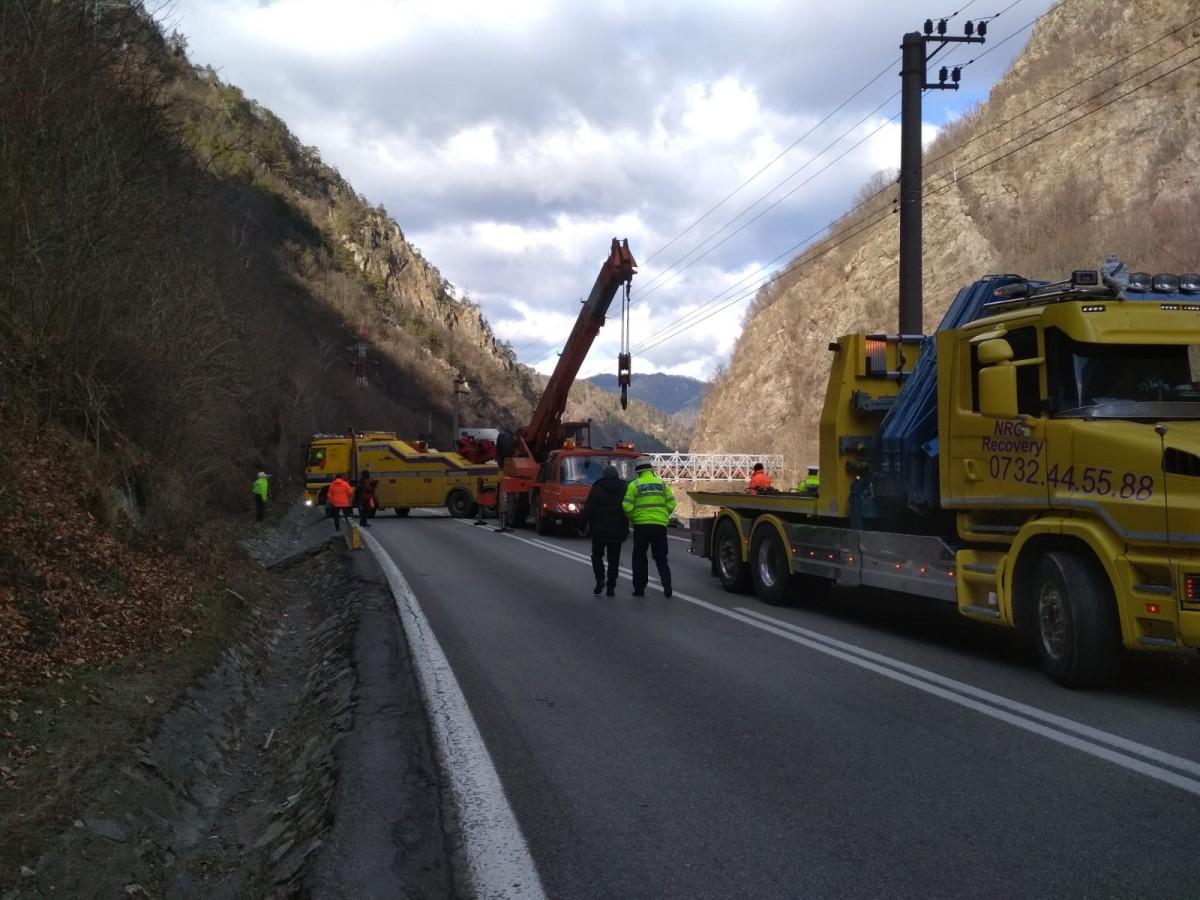 Traficul este în continuare îngreunat pe Valea Oltului. Mâine va fi blocat total