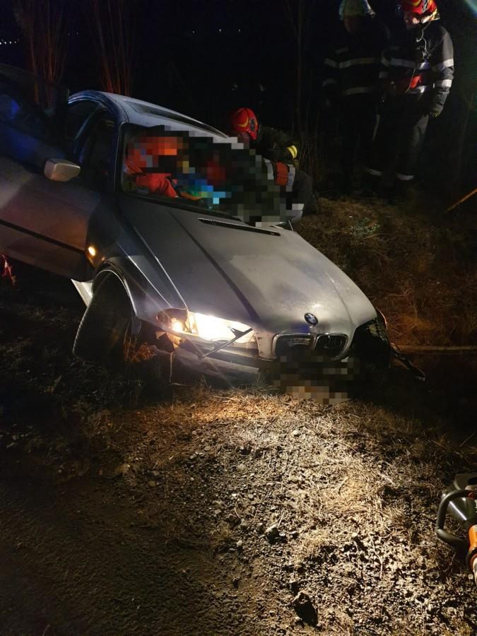Șofer rănit după ce a intrat în depășire cu viteză prea mare. A ieșit cu mașina în decor