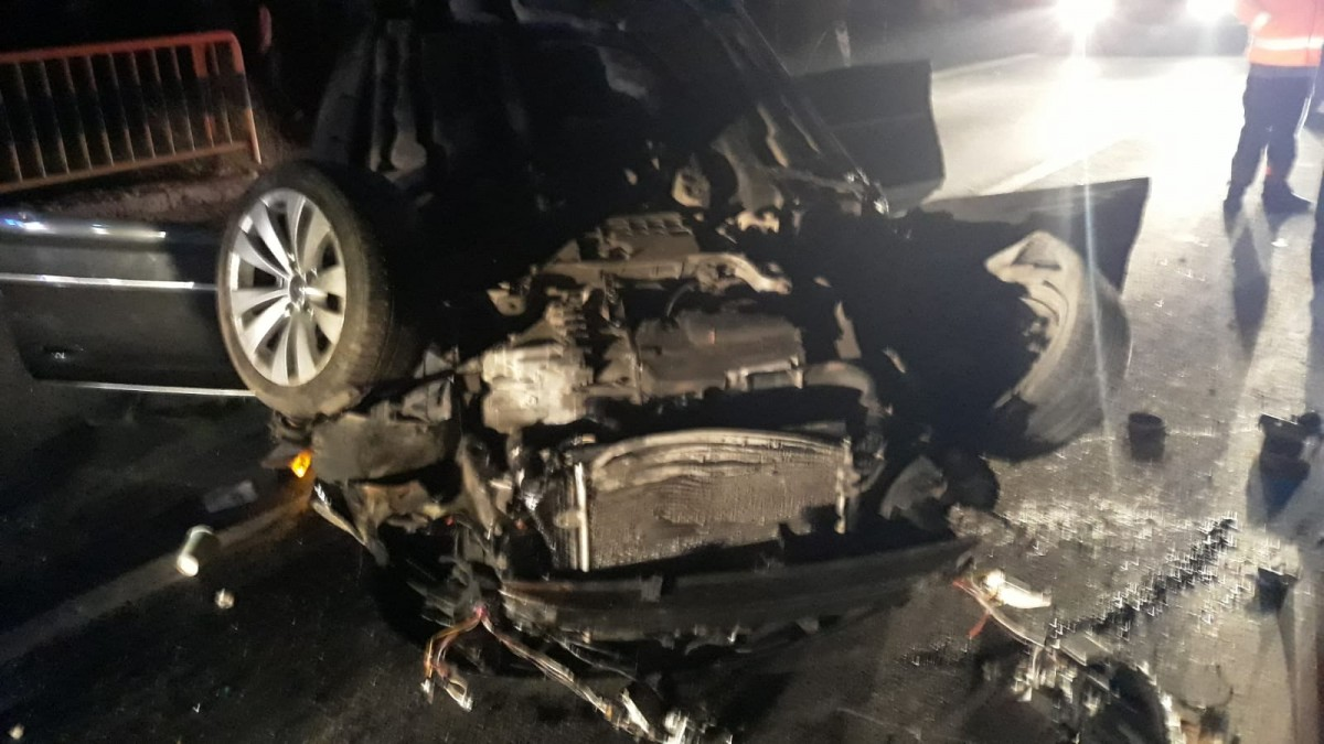 Accident pe Valea Oltului. Un șofer care conducea spre Sibiu a lovit un cap de pod