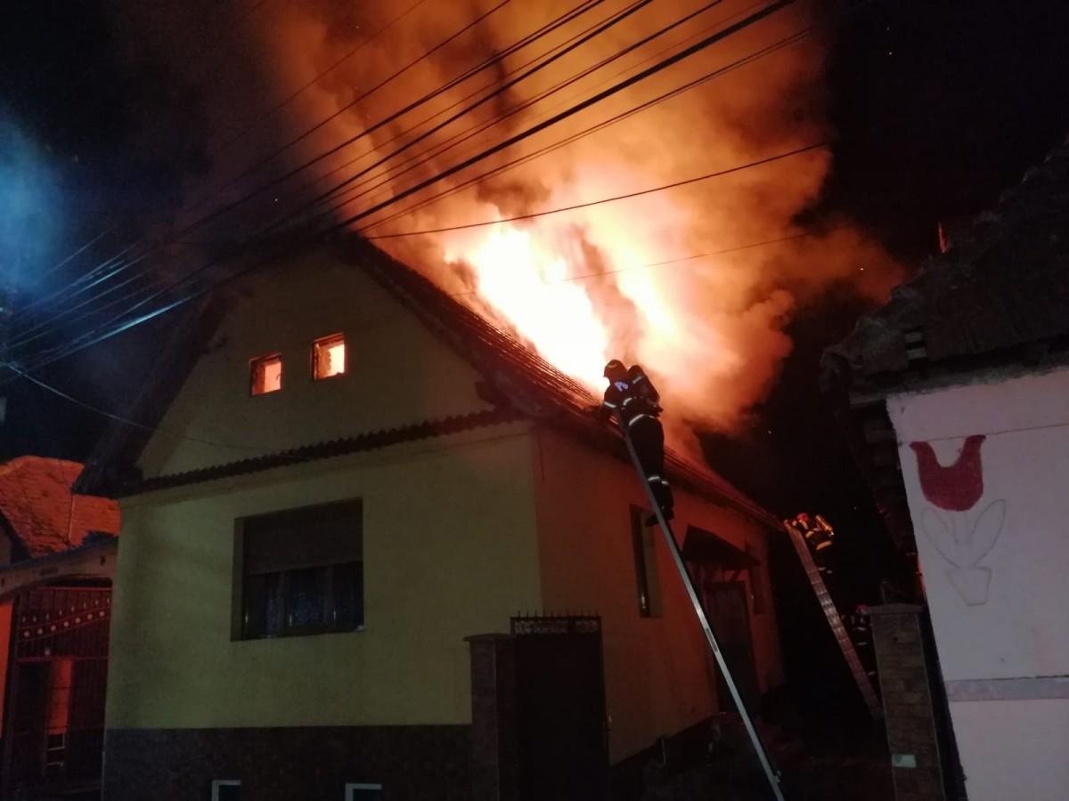 VIDEO - Incendiu puternic la marginea Sibiului, noaptea trecută