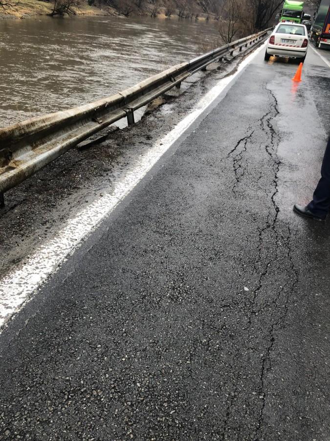 VIDEO Valea Oltului a devenit și mai periculoasă. DN7 alunecă spre Olt