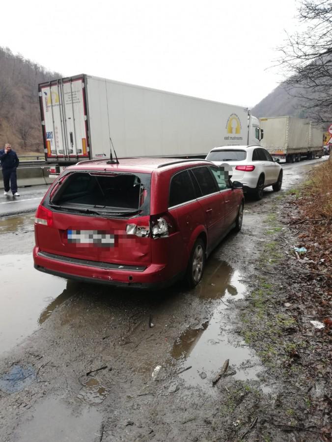 Coliziune între două mașini și un TIR, pe Valea Oltului. O persoană a fost rănită