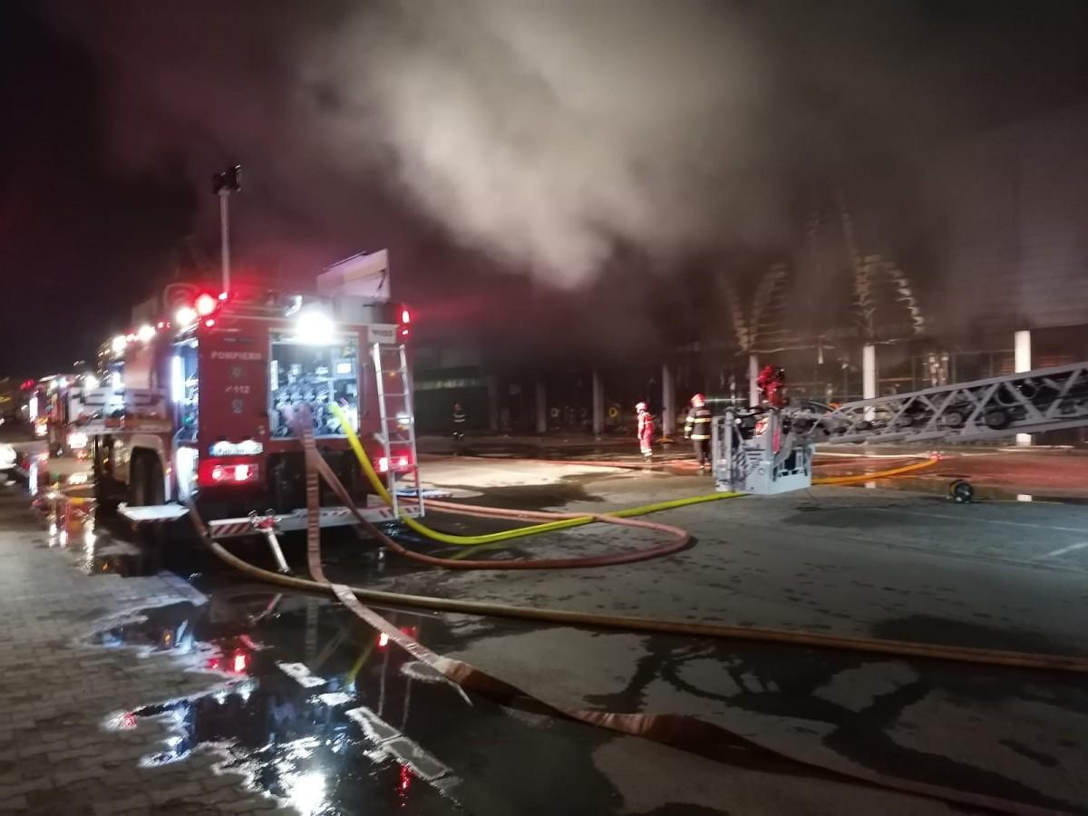 ACTUALIZARE- Incendiu puternic la Ambient. Au ars aproximativ 6000 mp