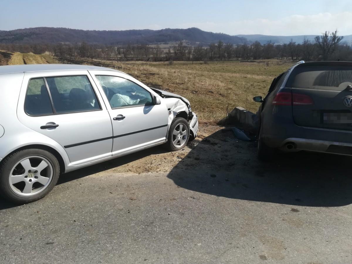 Accident în zona localității Roșia. O șoferiță a făcut un viraj fără să se asigure