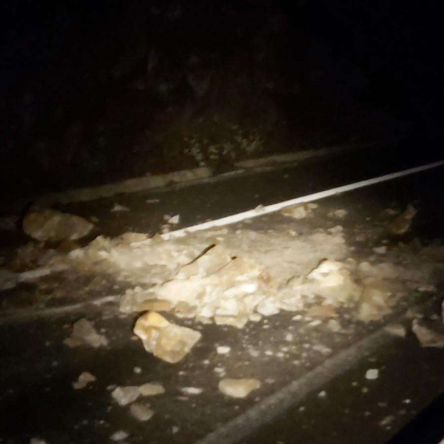 FOTO-Două mașini avariate în urma căderilor de pietre pe Valea Oltului